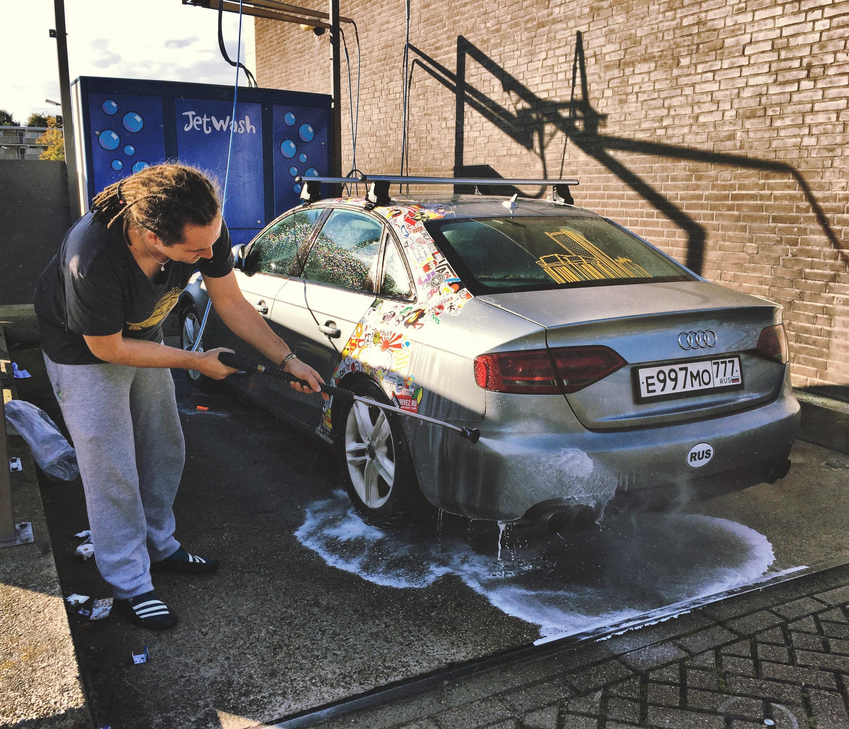 Володя моет машину